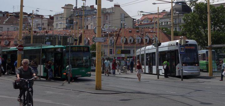 Kurzgeführter Straßenbahnzug und bereitstehender Bus für den Schienenersatzverkehr